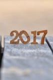 Número de madera 2017 en fondo del tablón y de la arena Fotografía de archivo