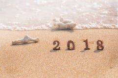 Número de madera 2018 en fondo tropical de la playa Foto de archivo libre de regalías