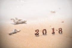 Número de madera 2018 en fondo tropical de la playa Fotos de archivo libres de regalías