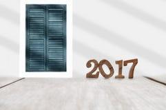 Número de madera 2017 en tablón y fondo clásico de la ventana Foto de archivo