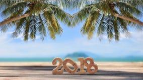 Número de madera 2018 en tablones en fondo tropical de la playa Imagen de archivo