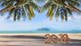 Número de madera 2018 en tablones en fondo tropical de la playa Imágenes de archivo libres de regalías
