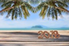 Número de madera 2018 en tablones en fondo tropical de la playa Fotografía de archivo libre de regalías