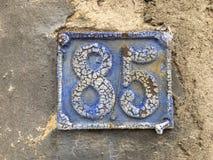 número de matrícula de 85 casas en la pared Imagen de archivo libre de regalías