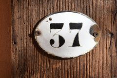 número de matrícula 37 en fondo de madera Imagen de archivo libre de regalías