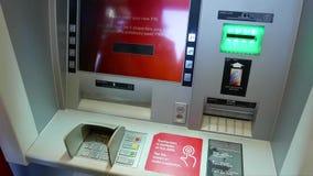 Número de pino em mudança da mulher na máquina do ATM video estoque
