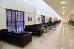 Número de tabelas e de sofás no grande salão Foto de Stock