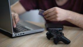 Número de tarjeta del soltero que entra en el ordenador portátil, videoconsola de compra en línea, apego almacen de metraje de vídeo