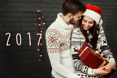número del Año Nuevo de la muestra de 2017 textos en pares felices elegantes con grande Fotos de archivo libres de regalías