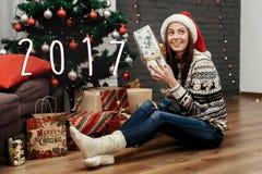 número del Año Nuevo de la muestra de 2017 textos en la tenencia feliz hermosa de la mujer Foto de archivo