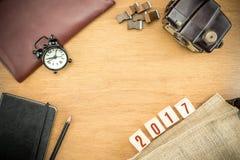 Número del Año Nuevo del rojo 2017 en la sobremesa de madera con el reloj, tipo caja Foto de archivo libre de regalías