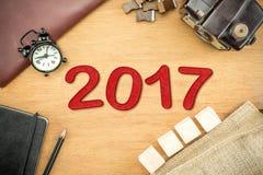 Número del Año Nuevo del rojo 2017 en la sobremesa de madera con el reloj, tipo caja Fotografía de archivo libre de regalías