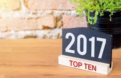 Número del tema del top diez del Año Nuevo 2017 en muestra y verde de la pizarra Fotografía de archivo