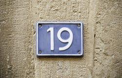 Número dezenove na parede fotografia de stock
