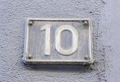 Número diez en la pared de una casa Imagenes de archivo