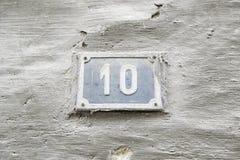 Número diez en la pared de una casa Fotos de archivo libres de regalías