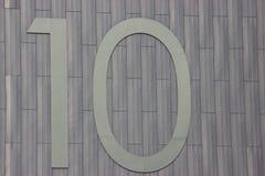 Número diez en un fondo gris del metal Diversos materiales junto numeración imagen de archivo libre de regalías