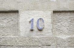 Número diez en una pared de piedra Imágenes de archivo libres de regalías