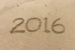 Número do ano 2016 na areia Fotografia de Stock Royalty Free
