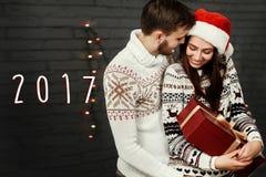 número do ano novo do sinal de 2017 textos em pares felizes à moda com grande Fotos de Stock Royalty Free