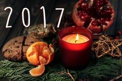 número do ano novo do sinal de 2017 textos na vela e no presente do Natal Fotografia de Stock Royalty Free