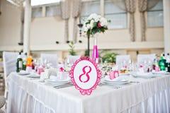 Número do convidado do casamento da tabela 8 no salão do casamento Fotografia de Stock Royalty Free