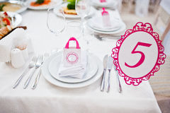 Número do convidado do casamento da tabela 5 no salão do casamento Fotografia de Stock Royalty Free