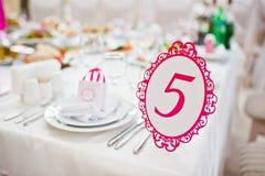 Número do convidado do casamento da tabela 5 no salão do casamento Imagens de Stock