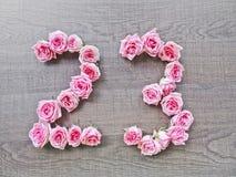 23 - número do vintage de rosas cor-de-rosa no fundo da madeira escura imagem de stock royalty free