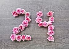 24 - número do vintage de rosas cor-de-rosa no fundo da madeira escura fotografia de stock royalty free