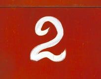 Número dos en la pared roja del metal Fotos de archivo