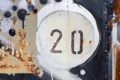 Número 20 en el panel pintado y aherrumbrado viejo del metal Imágenes de archivo libres de regalías