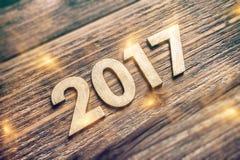 Número 2017 en el tablero de madera Fotos de archivo