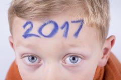 2017, número en la cabeza del muchacho joven Foto de archivo