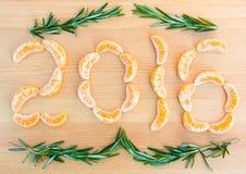 número 2016 escrito con las secciones de las naranjas en fondo de madera Fotografía de archivo libre de regalías
