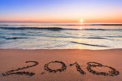 Número 2018 escrito en la costa san Imagen de archivo