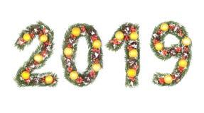 número 2019 escrito por las ramas de árbol de navidad imagenes de archivo