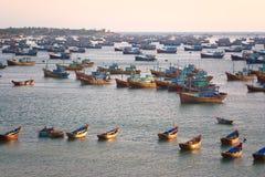 Número grande de barcos de pesca cerca de la costa de una de la pesca fotos de archivo libres de regalías