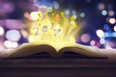 número 2017 hacia fuera del libro Imagenes de archivo