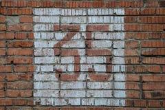Número home velho, 35, na parede de tijolo Trinta e cinco Fotos de Stock
