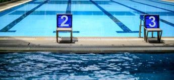 Número marcado de salto dois e três dos suportes fotografia de stock