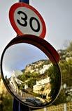 Número 30 - muestra y espejo del límite de velocidad Fotos de archivo libres de regalías