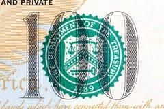 Número 100 na nota de dólar 100 no macro Fotos de Stock