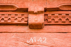 Número 42 na parede pintada vermelho fotografia de stock