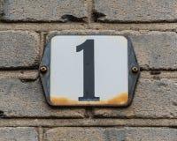Número negro del número de casa 1 en la placa blanca Foto de archivo libre de regalías