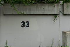 número 33 no lugar de estacionamento da parede Imagem de Stock