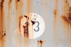 Número 13 no painel pintado e oxidado velho do metal fotografia de stock