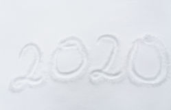 Número o fecha del Año Nuevo 2020 en superficie de la nieve Foto de archivo libre de regalías