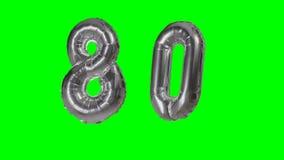 Número 80 ochenta años del cumpleaños del aniversario de globo de la plata que flota en la pantalla verde - almacen de video