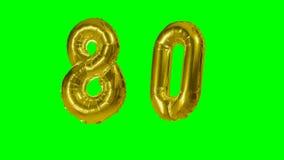 Número 80 ochenta años del cumpleaños de globo de oro del aniversario que flota en la pantalla verde - almacen de video